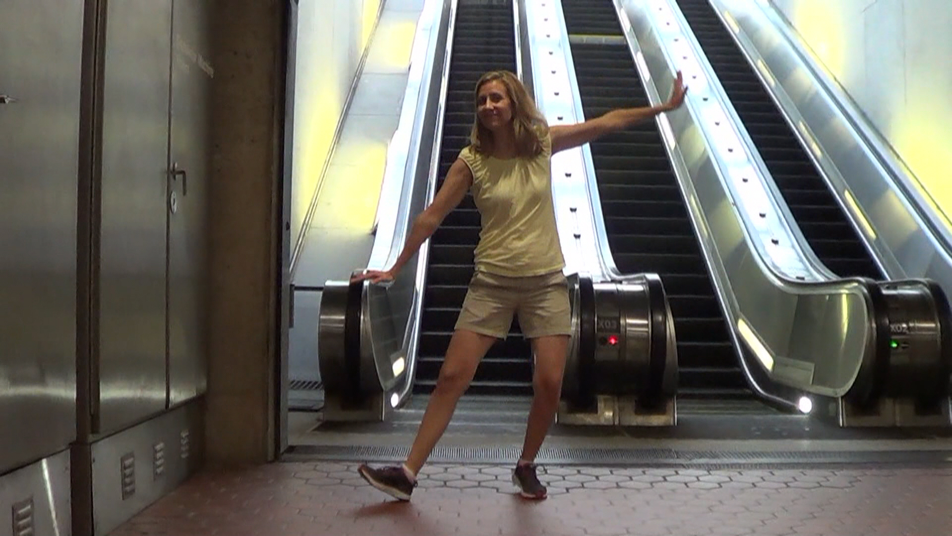 01 - Metro Escalator