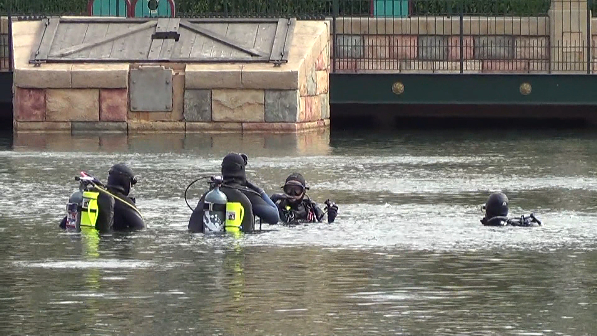 02 Disneyland - Pontoon and scuba gear workers fix and inspect World of Color
